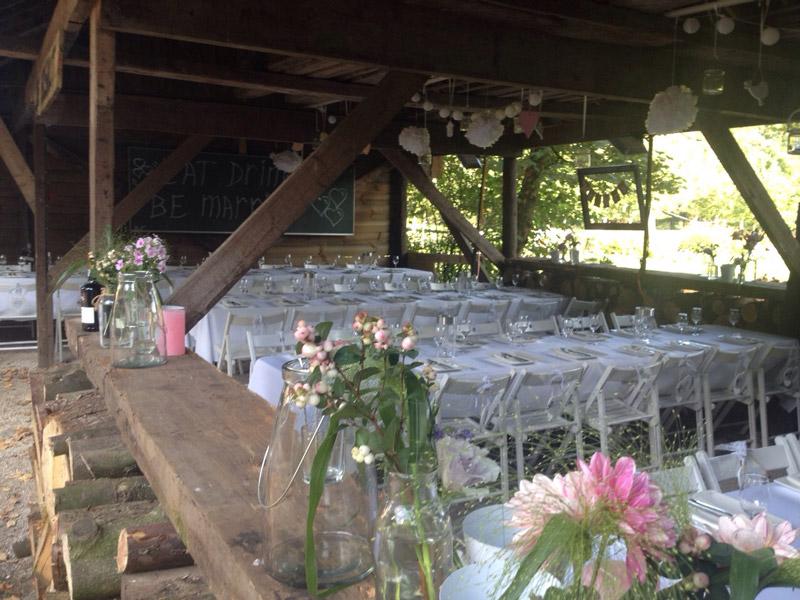 sfeerimpressie feesten boshut gedekte tafels
