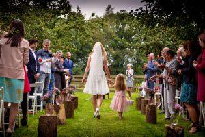 sfeerimpressie feesten bruid met bruidsmeisje