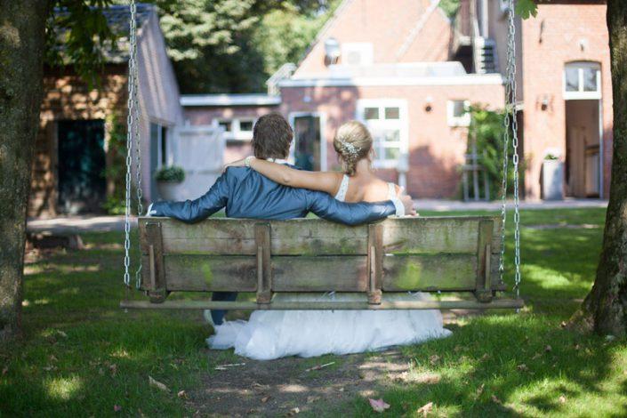 sfeerimpressie feesten bruidspaar op de schommel