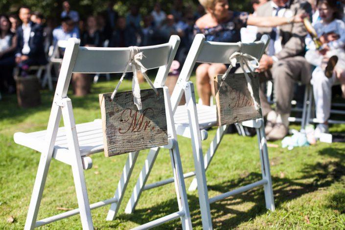 sfeerimpressie feesten stoelen bruidspaar