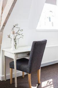 sfeerimpressie slapen tafeltje met stoel